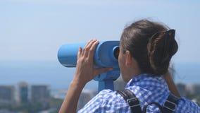 Turystyczny patrzeć przez lornetek przy Sochi Młoda kobieta patrzeje przez lornetek od basztowej wysokości z plecakiem fotografia royalty free