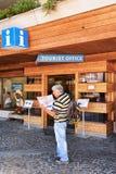 Turystyczny patrzeć w miasto mapę przy turystycznym biurem Zermatt Obraz Stock