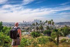 Turystyczny patrzejący w centrum panoramę Los Angeles obrazy royalty free