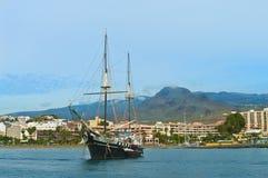 Turystyczny pirata statek zakotwiczający blisko plaży Obraz Stock