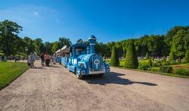Turystyczny poci?g w Niskim ogr?dzie Peterhof zdjęcie stock