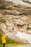 Turystyczny podziwia Boyabreen lodowiec w Norwegia obrazy royalty free
