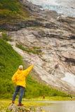 Turystyczny podziwia Boyabreen lodowiec w Norwegia zdjęcie royalty free