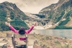 Turystyczny podziwia Boyabreen lodowiec w Norwegia fotografia royalty free