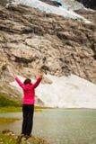 Turystyczny podziwia Boyabreen lodowiec w Norwegia obraz stock