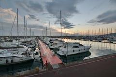 Turystyczny port przy półmrokiem Lavagna italy Liguria zdjęcie royalty free