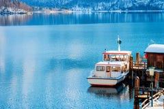 Turystyczny prom na Hallstatt jeziorze blisko Salzburg w Austria obrazy stock