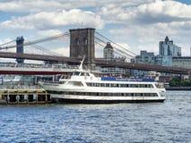 Turystyczny prom w Manhattan z mostem brooklyńskim na backg Obrazy Royalty Free
