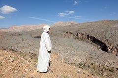 Turystyczny przewdonik przy wadim Ghul, Oman Zdjęcie Royalty Free