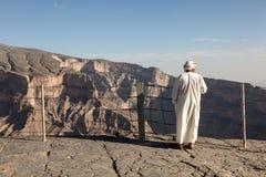 Turystyczny przewdonik przy wadim Ghul, Oman Zdjęcia Royalty Free