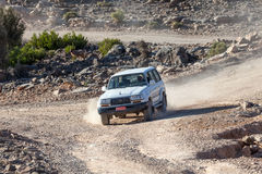Turystyczny przewdonik z jego offroad samochodem w Oman Obrazy Stock