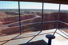 Turystyczny punkt obserwacyjny przy otwartej jamy kopalnią złota obraz stock
