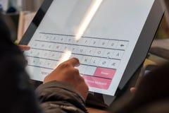 Turystyczny ręki macania pokaz przy samoobsługową przeniesienie maszyną zdjęcie stock