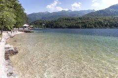 Turystyczny relaksujący na jeziornym Bohinj sławnego miejsce przeznaczenia nie daleko od jeziora Krwawiącego, w Slovenia Zdjęcie Royalty Free