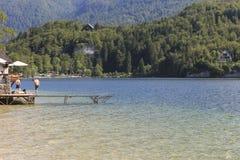 Turystyczny relaksujący na jeziornym Bohinj sławnego miejsce przeznaczenia nie daleko od jeziora Krwawiącego, w Slovenia Zdjęcia Stock