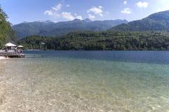 Turystyczny relaksujący na jeziornym Bohinj sławnego miejsce przeznaczenia nie daleko od jeziora Krwawiącego, w Slovenia Obraz Stock