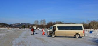 Turystyczny samochód dostawczy przy parking w Harbin, Chiny zdjęcia royalty free