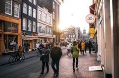 Turystyczny spacer wzdłuż ulicy Amsterdam Obraz Royalty Free