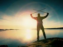 Turystyczny sylwetka stojak na pięknej skalistej linii brzegowej nad zaciszność ocean Wysoki wycieczkowicz cieszy się fotografia stock