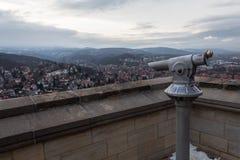 Turystyczny teleskop na górze grodowych wioska widoku gór zdjęcia stock