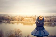 Turystyczny teleskopu spojrzenie przy miastem fotografia stock