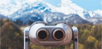 Turystyczny teleskopu spojrzenie przy miastem z widok śnieżnymi górami, zbliżenie obuoczny na tła punkt widzenia obserwuje wzrok, obraz stock
