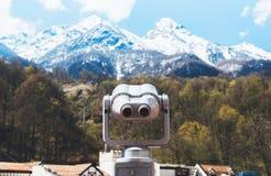 Turystyczny teleskopu spojrzenie przy miastem z widok śnieżnymi górami, zbliżenie obuoczny na tła punkt widzenia obserwuje wzrok, zdjęcie royalty free