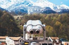 Turystyczny teleskopu spojrzenie przy miastem z widok ?nie?nymi g?rami, metal obuoczny na t?a punkt widzenia obserwuje wzrok, zbl obrazy stock