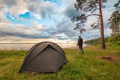 Turystyczny trwanie pobliski obozowy namiot obrazy royalty free