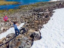 Turystyczny trzyma norweg flagę w górach obrazy royalty free