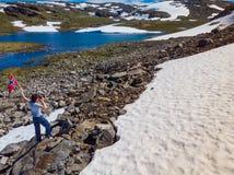 Turystyczny trzyma norweg flag? w g?rach fotografia royalty free