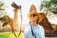 Turystyczny woamn bierze obrazkowi antyczne ruiny z ścisłą kamerą podczas jej azjaty wakacje zdjęcie stock