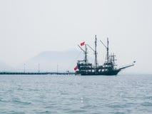 Turystyczny yach w Alanya zatoce Zdjęcie Royalty Free