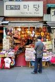 Turystyczny zakupy przy Insadong Obrazy Royalty Free