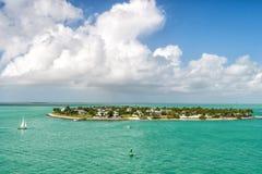 Turystycznych jachtów spławowa pobliska zielona wyspa przy Key West, Floryda Fotografia Stock