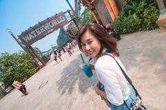Turystyka cieszy się Waterworld przedstawienie w universal studio Zdjęcia Royalty Free
