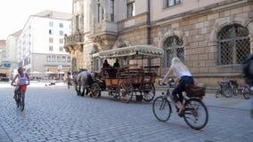 Turystyka, fracht z koniami jedzie wzdłuż ulic stary miasto z architektonicznymi budynkami zbiory wideo