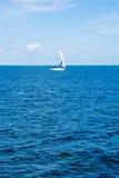 _ Turystyka Luksusowy styl życia Wysyła jachty z białymi żaglami w otwartym morzu Obraz Royalty Free