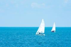 _ Turystyka Luksusowy styl życia Wysyła jachty z białymi żaglami w otwartym morzu Fotografia Stock