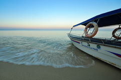 Turystyki łódkowaty przygotowywający serw przy plażą Obraz Stock