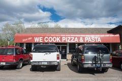 Tusayan Arizona - den yttre sikten av lagar mat vi Pizza och pasta, longstanding en restaurangrätt förutom royaltyfria bilder
