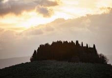 Tuscan τοπίο με το κυπαρίσσι και ηλιαχτίδες στο ηλιοβασίλεμα Στοκ Εικόνες