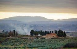 Tuscan τοπίο με το κυπαρίσσι, τα δέντρα και τα αρχαία κτήρια στοκ εικόνες με δικαίωμα ελεύθερης χρήσης