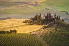 Tuscan hus på de dimmiga kullarna Royaltyfri Bild