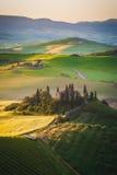 Tuscan hus på de dimmiga kullarna Royaltyfri Fotografi