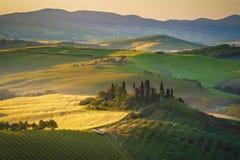 Tuscan hus på de dimmiga kullarna Fotografering för Bildbyråer