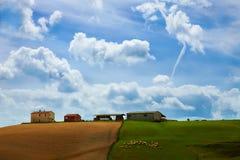 Tuscan landskap med det gröna fältet Royaltyfri Fotografi