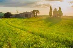Tuscan landskap med ett kapell på solnedgången Royaltyfri Fotografi