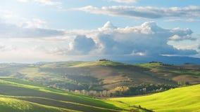Tuscan landskap med moln och gröna fält, Italien arkivfoton