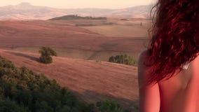 Tuscan landskap och rödhårig kvinna stock video